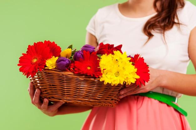 Flores da primavera em uma cesta