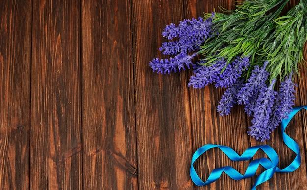 Flores da primavera lilás perfumada lavanda em uma madeira