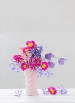 Flores da primavera linda em um vaso rosa