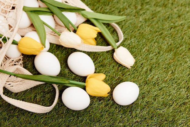 Flores da primavera, ovos da páscoa, feriado, tradição, gramado