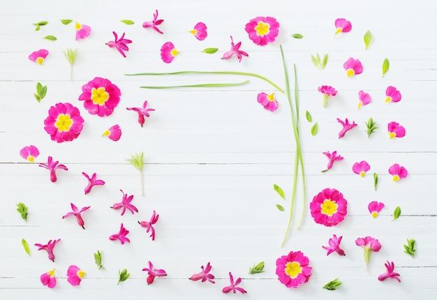Flores da primavera rosa na parede de madeira branca