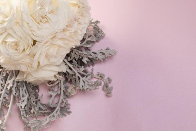 Flores da primavera rosas brancas
