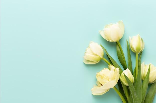 Flores da primavera. tulipas no cartão das cores pastel estilo retro do vintage. dia das mães, cartão de páscoa.