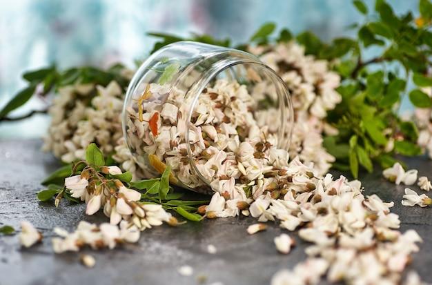 Flores de acácia em uma tigela de vidro sobre uma mesa