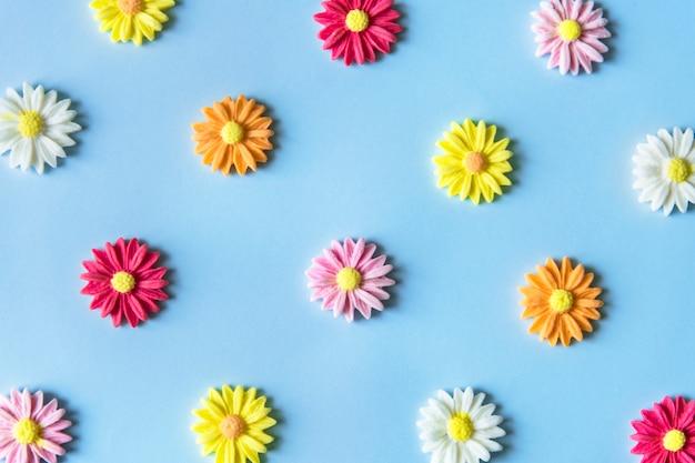 Flores de açúcar em um padrão colorido