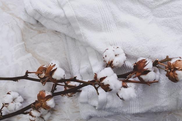 Flores de algodão em toalhas