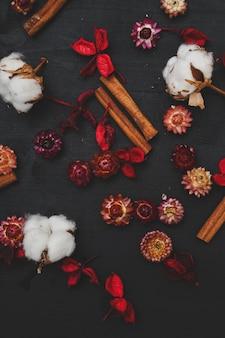 Flores de algodão na mesa de madeira