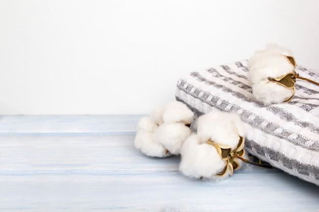 Flores de algodão natural com toalha de spa