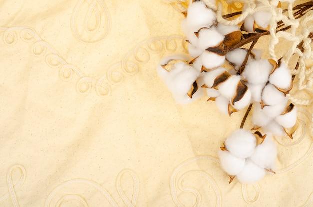 Flores de algodão secas em tecido de algodão