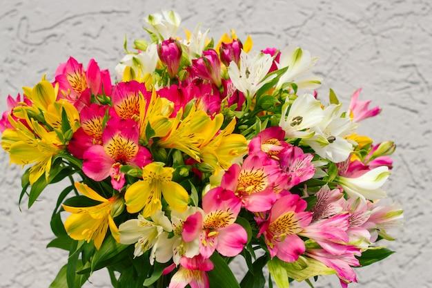 Flores de alstroemeria buquê turva