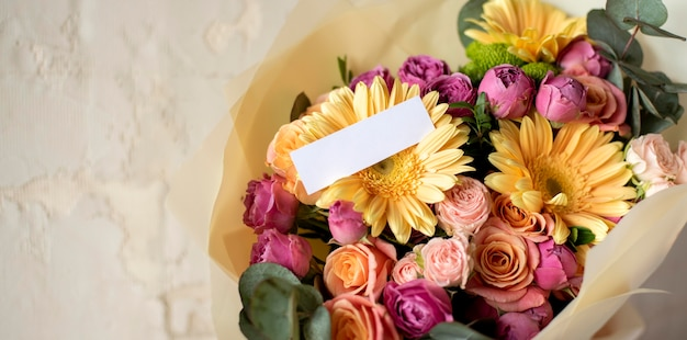 Flores de aniversário com espaço de cópia