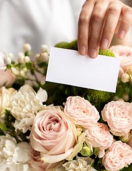 Flores de aniversário com nota vazia close-up
