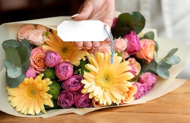 Flores de aniversário com nota vazia