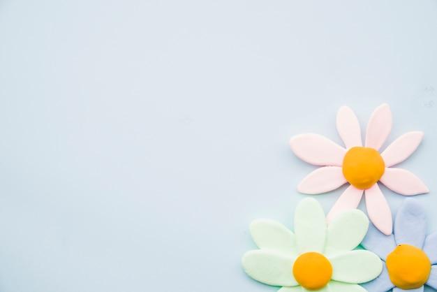 Flores de barro pastel em fundo cinza