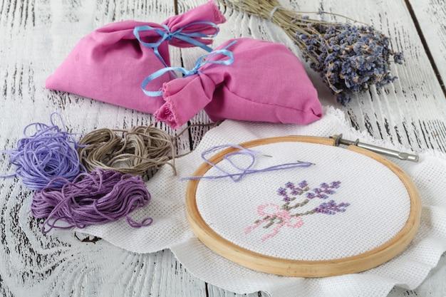 Flores de bordado. acessórios de costura. tela, aro, linha mouline. bordado. bordados à mão