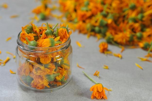 Flores de calêndula no frasco de vidro.