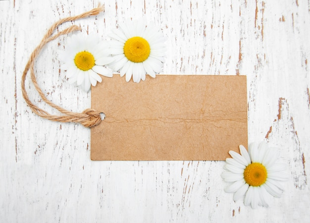 Flores de camomila com tag vintage