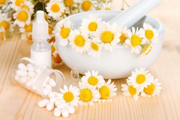 Flores de camomila medicinal na mesa de madeira