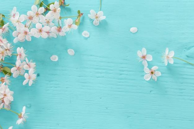 Flores de cereja em um de madeira