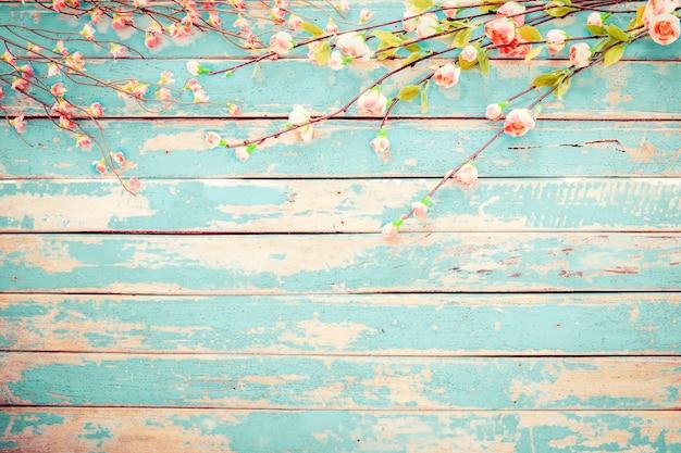 Flores de cerejeira em fundo de madeira vintage, design de fronteira