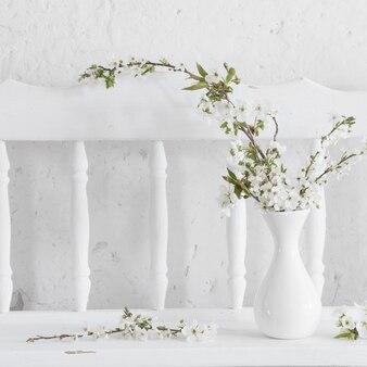 Flores de cerejeira em um vaso no fundo branco
