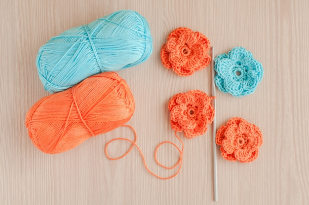 Flores de crochê de malha feitas à mão