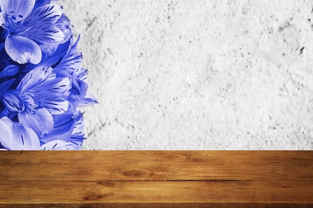 Flores de fundo em uma parede de estuque texturizado