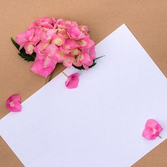Flores de hortênsia rosa com espaço de cópia para o projeto.