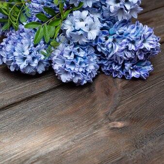 Flores de jacinto da primavera mentem sobre um fundo de madeira natural. copie o espaço.