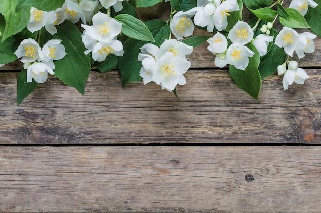 Flores de jasmim brancas em uma mesa de madeira