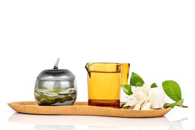 Flores de jasmim do cabo ou gardênia jasminoides e chá isolado no fundo branco.