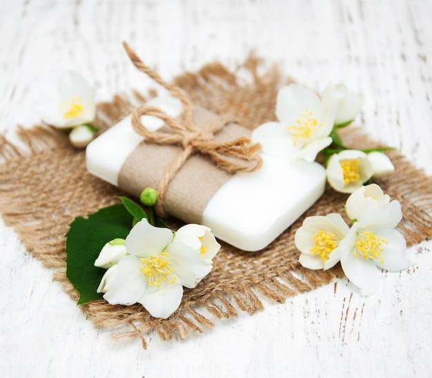 Flores de jasmim e sabão