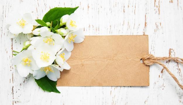 Flores de jasmim e tag vintage