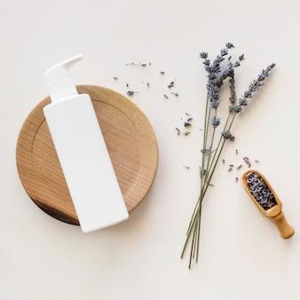 Flores de lavanda e conceito de tratamento de spa com creme