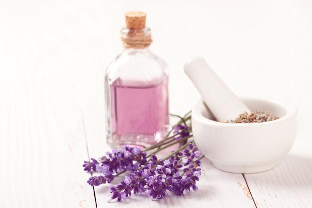 Flores de lavanda e óleo