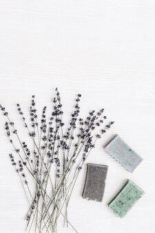 Flores de lavanda e sabonetes naturais