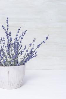 Flores de lavanda em vaso branco