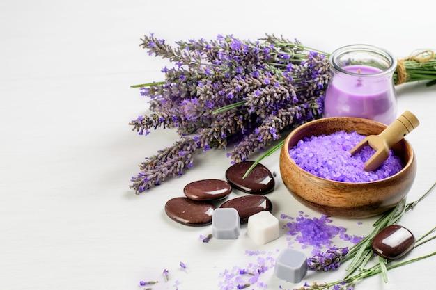 Flores de lavanda, vela, sal e sabão. produtos de spa de lavanda, aromaterapia, conceito de saúde.