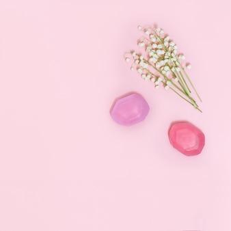 Flores de lírios do vale e barras de sabão perfumadas