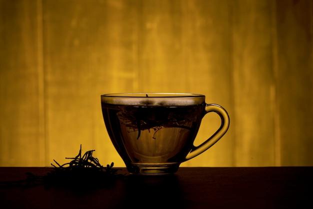 Flores de madressilva ou madressilva japonesa e chá em uma madeira velha.