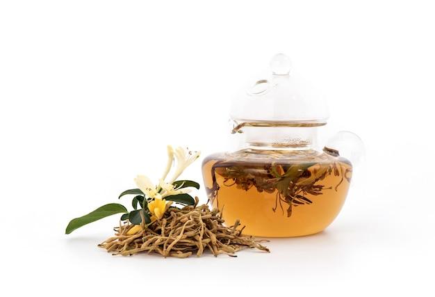Flores de madressilva ou madressilva japonesas e chá isolado no branco.