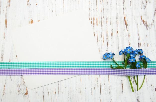 Flores de miosótis com cartão