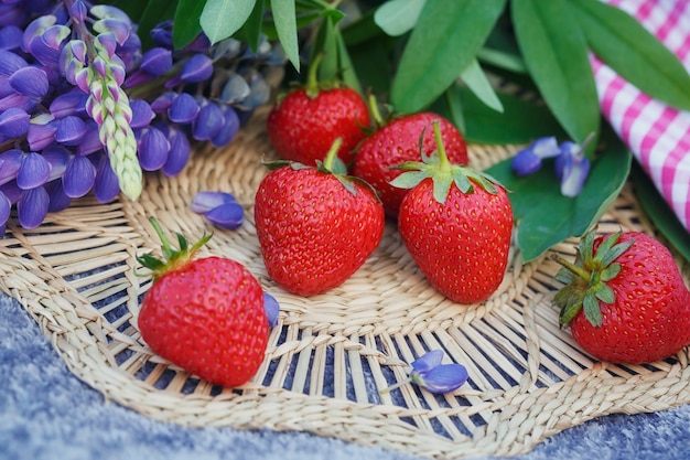 Flores de morangos e tremoços. mesa de verão