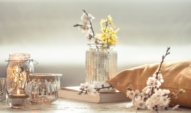 Flores de natureza morta com objetos decorativos na sala de estar