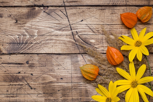 Flores de outono na mesa de madeira com espaço de cópia
