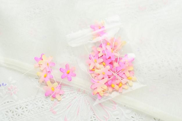 Flores de papel artesanal em tecido branco, rosa e amarelo, decoração para cartão de convite,