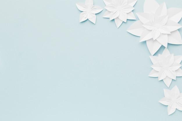 Flores de papel branco de cópia-espaço