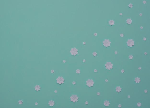 Flores de papel branco em estilo plano de fundo azul com arte em papel espaço de cópia