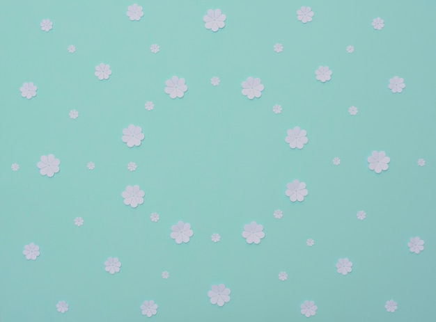Flores de papel branco em fundo azul claro