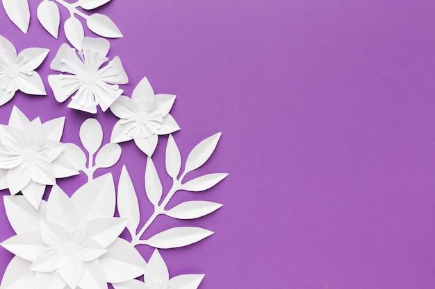 Flores de papel branco sobre fundo roxo